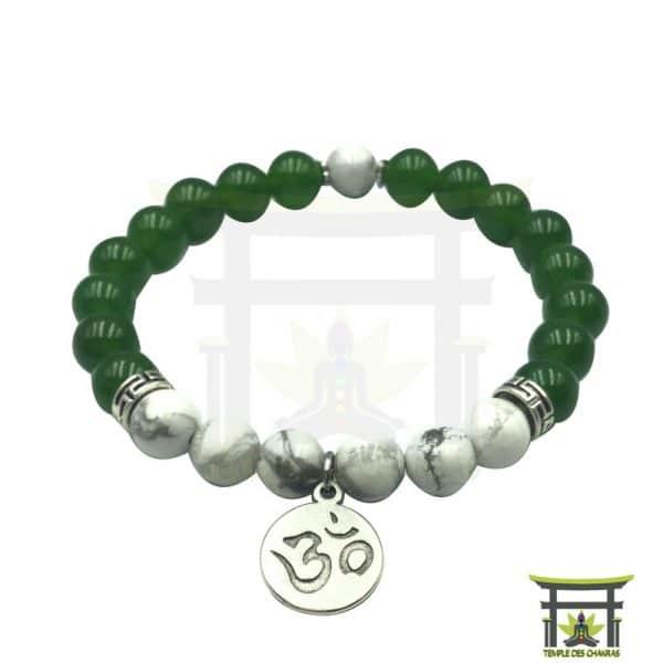 Bracelet en jade verte et de l'howlite avec un pendentif Om