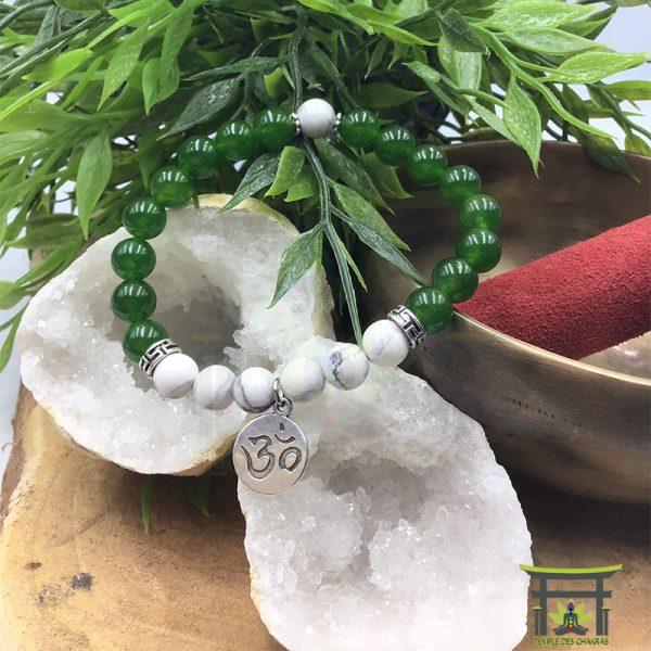 Bracelet en Jade verte et Howlite sur une géode de cristal de roche