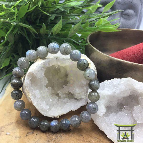 Bracelet de protection en pierre naturelle de Labradorite de 8mm posé sur géode de cristal de roche