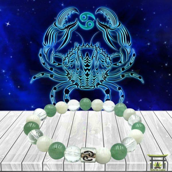 Bracelet Astro Cancer en Aventurine Verte, Pierre de Lune et Cristal de Roche sur plancher en bois et fond astrale