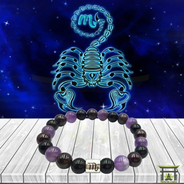 Bracelet Astro Scorpion en Obsidienne Noire, Grenat et Améthyste sur plancher en bois et fond astrale
