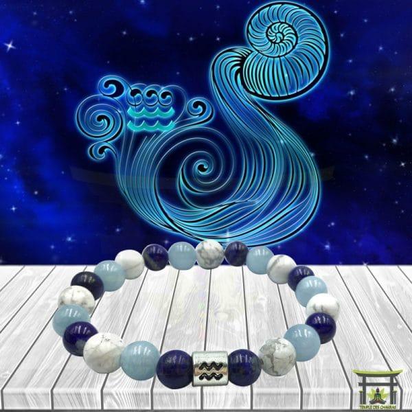 Bracelet Astro Verseau en Lapis Lazuli, Howlite et Aigue-Marine sur plancher en bois et fond astrale