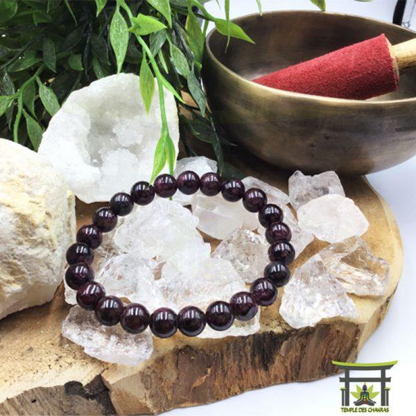 bracelet en pierre naturelle de grenat sur une géode de cristal de roche
